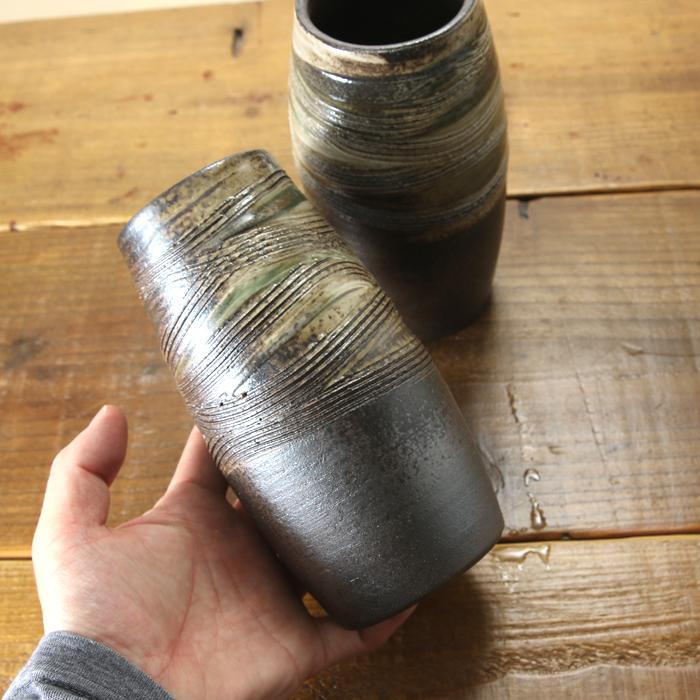 【益子焼】 仏壇 花瓶 対 花器 炭化焼クシ目模様 花入れ ふっくら筒花瓶 一点物 高さ約17cm 小さめサイズ 【一対2本セット】