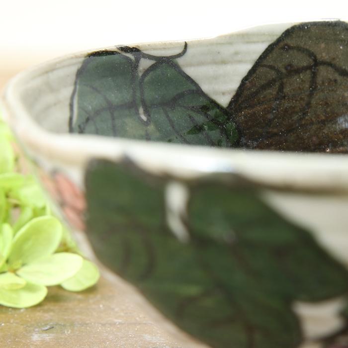 【益子焼】炭化焼シリーズ 白化粧ぶどう シンプル形の変形ご飯茶碗 【普通サイズ・単品1個】