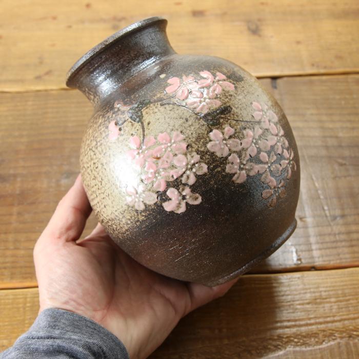 【益子焼】 花瓶 花器 フラワーベース 高さ15.5cm  丸く膨らませた壺 小さめ 一点物 【両面さくら桜模様 単品1個】