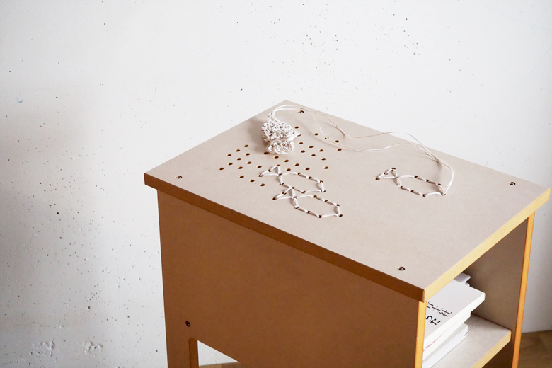 刺繍のサイドテーブル ホワイト / エレクトリックウィグ