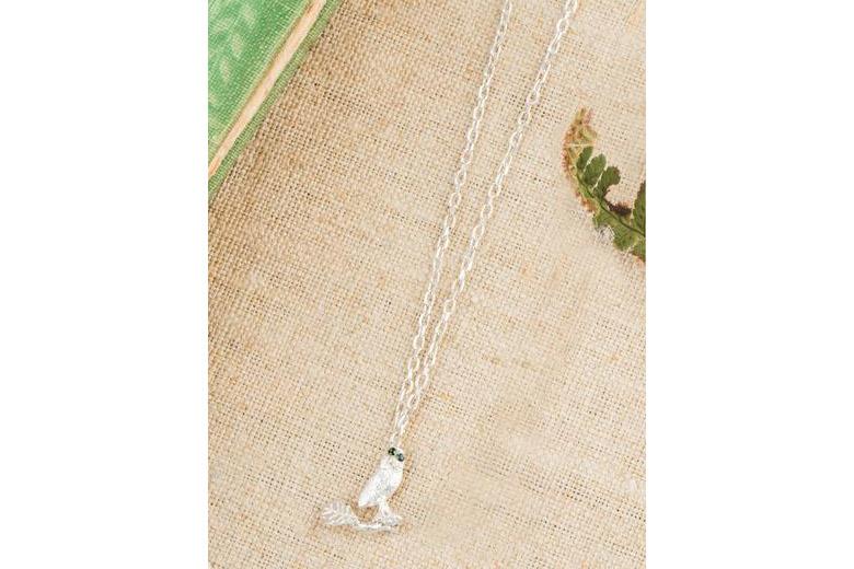 ナラの葉の上のフクロウのネックレス(シルバー&グリーントルマリン) / アマンダ・コールマン