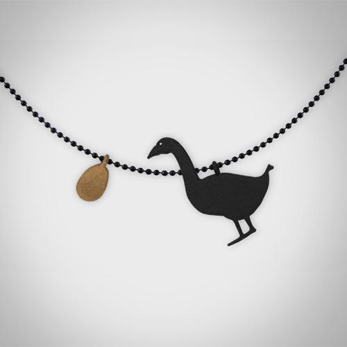 おとぎばなしのペンダント「ガチョウと金の卵」 / ミーシャ・ヴォス