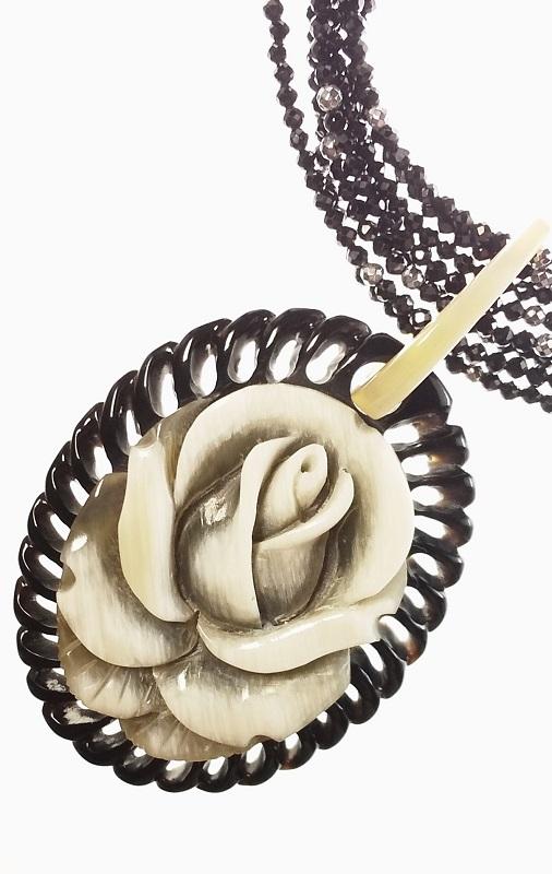 「送料完全無料!!」<br>トップ水牛花彫り<br>ブラックスピネル<br>8連ロングネックレス<br>細部まで美しい手作りアクセサリー<br>
