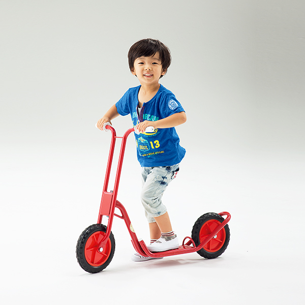 キックボード 遊びながらバランス感覚や脚力が養える 二輪スクーター