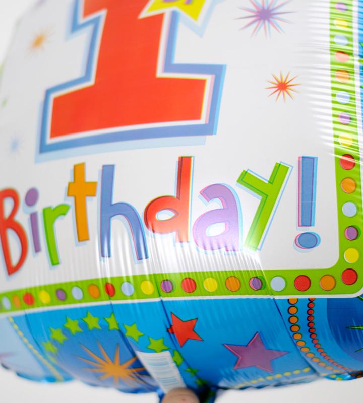 シャンパンでお祝いするファーストバースデー【1才の誕生日のバルーン電報・男の子】