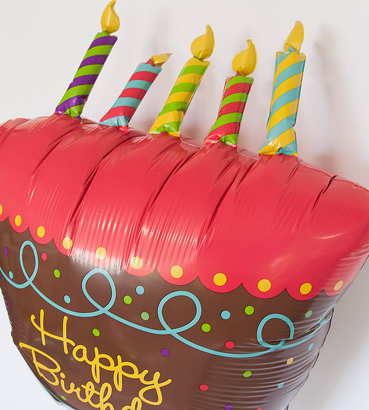 大きなバースデーケーキと60才バルーン、レッドハート【還暦祝いのバルーン電報】