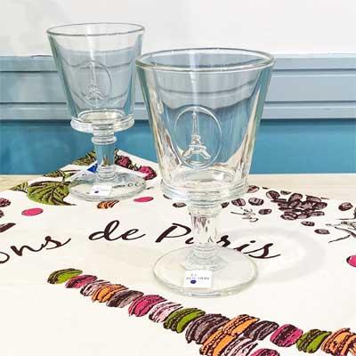 フランス雑貨のギフトセット。パリのお土産をギフトボックスに。マカロンのエッフェル塔ティータオル&エッフェル塔ワイングラス2個<ラッピング無料>