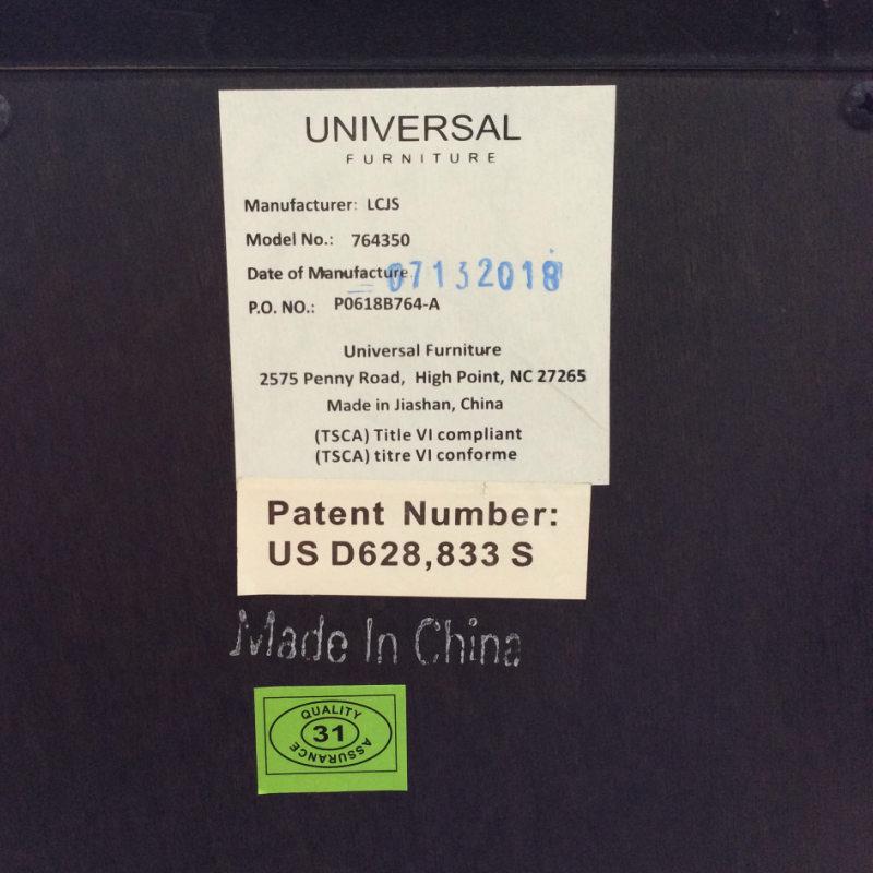 ナイトスタンド キャビネット 豪華 高級 アメリカ家具 デザイナーズ 輸入家具 ブランド家具 ベッドサイド チェスト アンティーク アンティーク調 クラシック テイスト エレガント 木製 ブラウン ボタン フロント Postscript 764-350 UNIVERSAL社