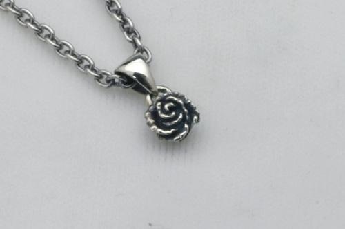 小さな薔薇のペンダント 45cmチェーン付き