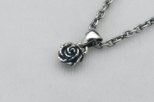 小さな薔薇のペンダント 40cmチェーン付き