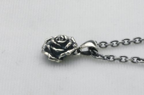 大きな薔薇のペンダント 40cmチェーン付き