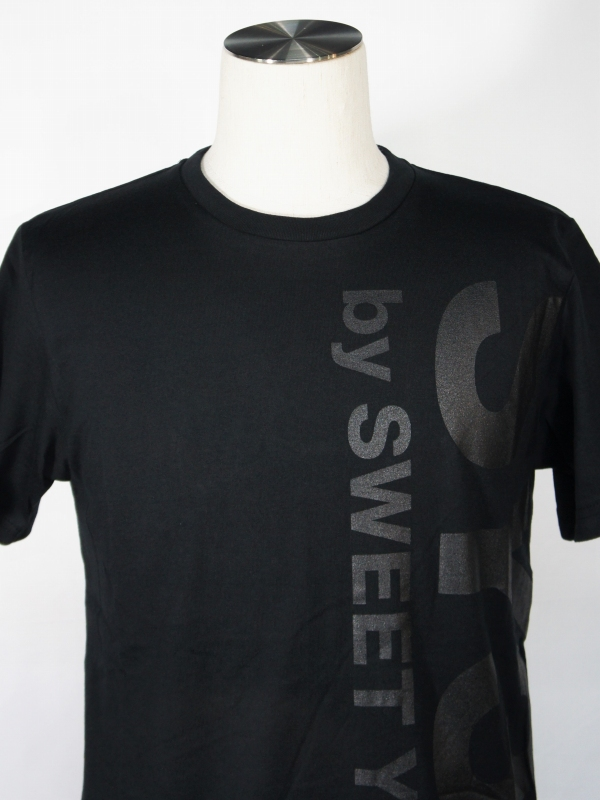 SY32 by SWEET YEARS「VERTICAL LOGO TEE」BLACK×BLACK