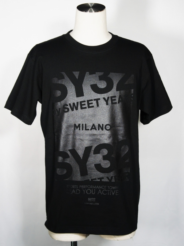 SY32 by SWEET YEARS「【eNs別注】EXCLUSIVE MILANO LOGO TEE」BLACK