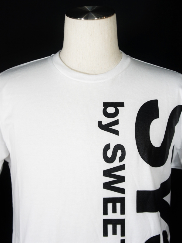 SY32 by SWEET YEARS「VERTICAL LOGO TEE」WHITE