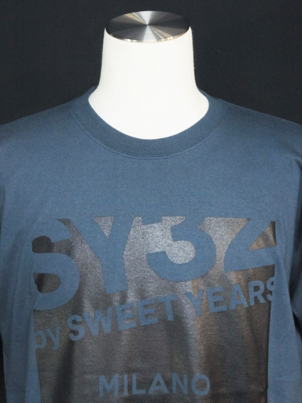【30%OFF】SY32 by SWEET YEARS「【eNs別注】EXCLUSIVE MILANO LOGO TEE」DENIM
