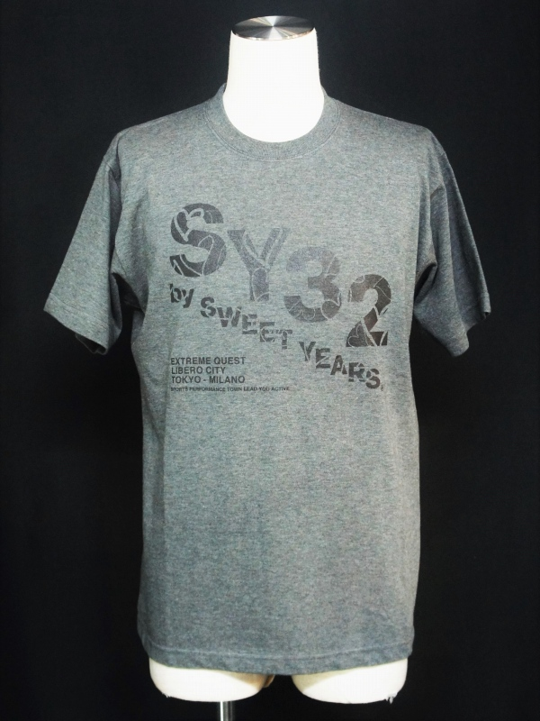 【30%OFF】SY32 by SWEET YEARS「【eNs別注】EXCLUSIVE SLASHING LOGO TEE-10401E」CHACOAL