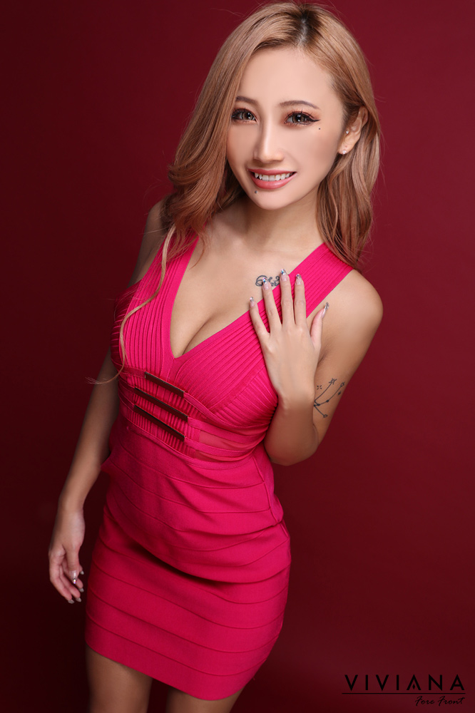 胸元の金具がワンポイントバンテージミニドレス