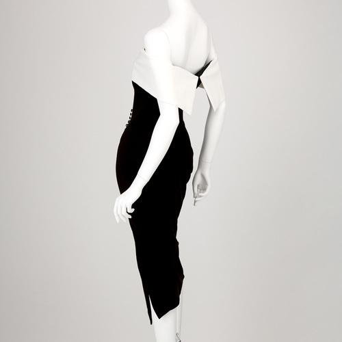 オフショルのコントラストが印象的なミディドレス