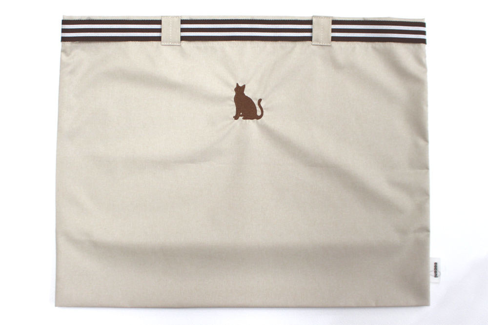 coconi-ココニ- ママの声から生まれたスマートなサブバッグ(猫柄 刺繍/マロン×チョコ)