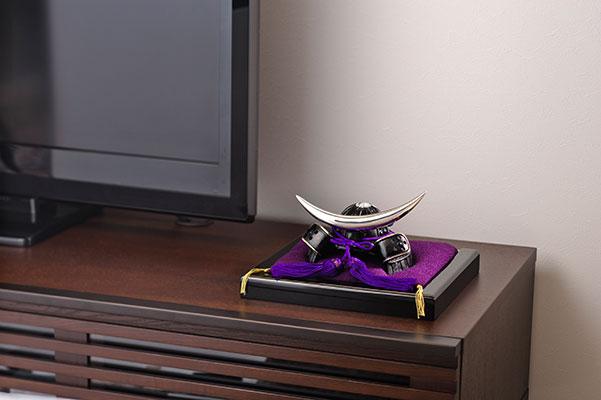 高岡鋳物 Takaoka-imono 飾り台付き戦国武将兜 伊達政宗公 Date Masamune (07-02) コンパクトながら存在感ある金属製兜飾り+飾り台セット
