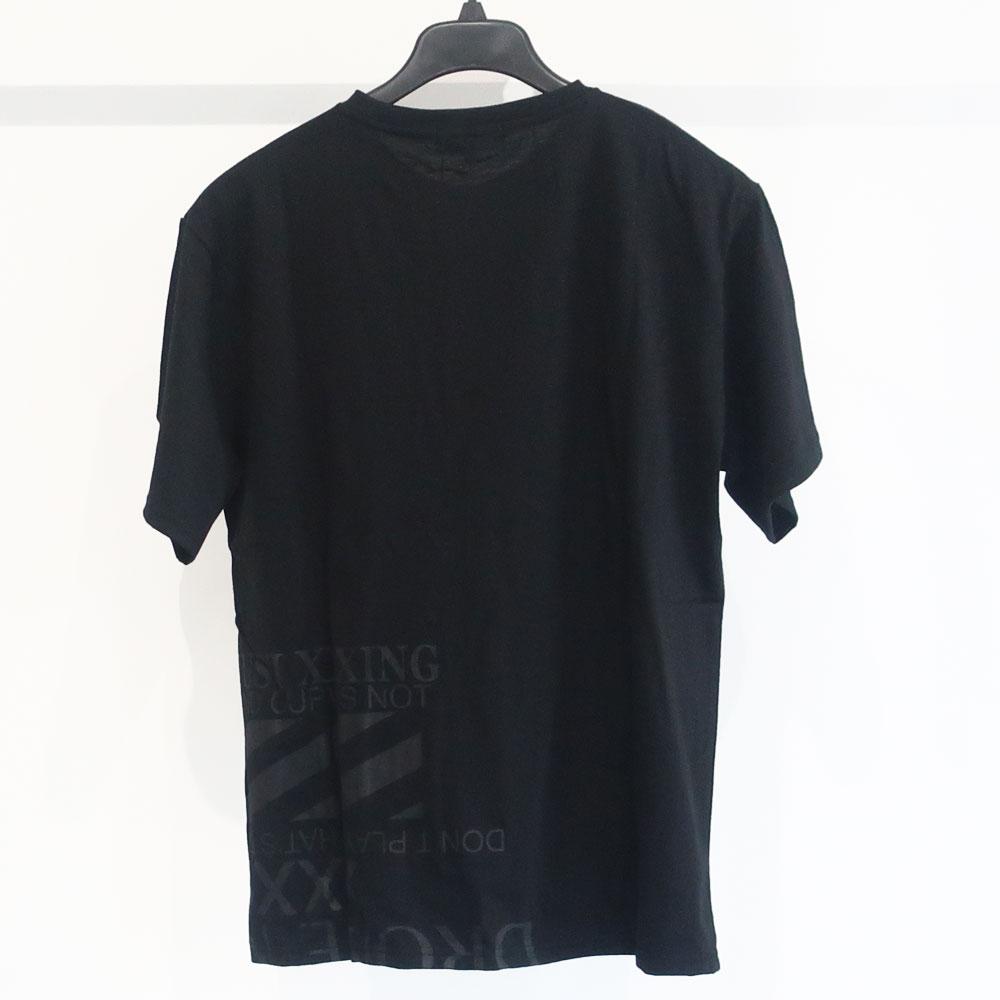 シンプルなデザインのエンボスロゴ半袖Tシャツ