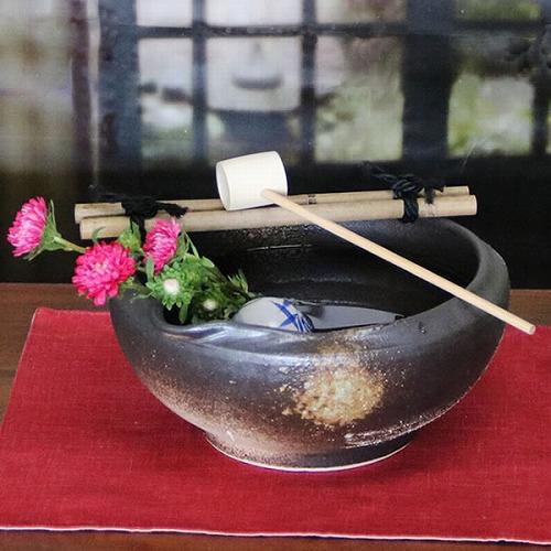 信楽焼き 窯肌ハケ目つくばい(竹、柄杓付き)[tu-0012]