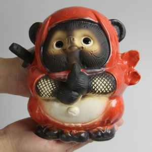 信楽焼きたぬき ドロン忍者狸(赤) 陶器タヌキ[ta-0083]