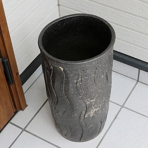 信楽焼かさたて 黒波彫り傘立て 陶器かさたて [kt-0323]