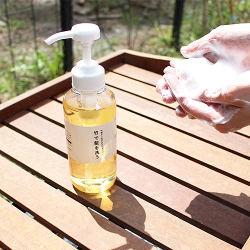 竹で髪を洗う