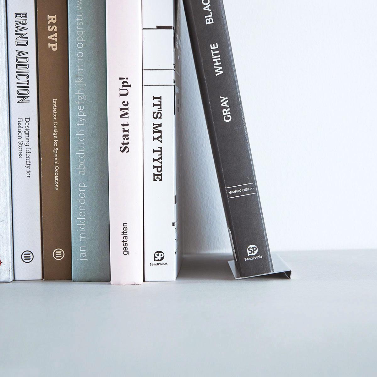 【 9° BOOK STOPPER  】『傾けた本』を滑らせない。本立ての新しいカタチ