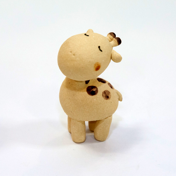 【常滑焼 羽田桂子】おすまし子きりん【動物 置物】