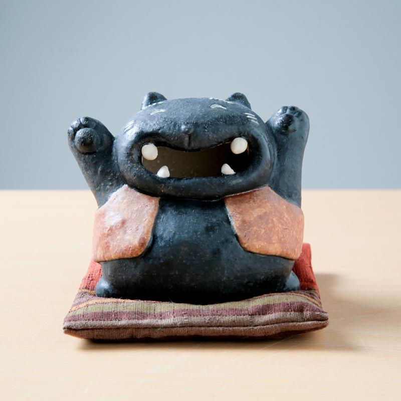 【サバイディー 羽田桂子】赤チョッキ黒招き猫・座布団(極小)付【かわいい置物】