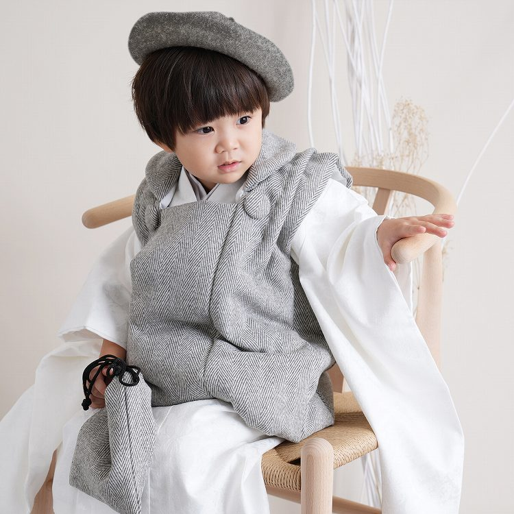 ひよこ商店 男児(3歳)七五三 着物 被布セット 古典柄 レトロ アンティーク系 アラベスク 白系