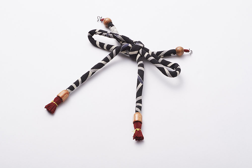 モノトーンの生地を使った長羽織用の羽織紐