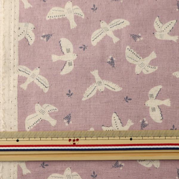 【数量5から】 生地 『綿麻シーチング ホワイトアニマル 鳥柄 パープル YWA-11010-1A』 KOKKA コッカ