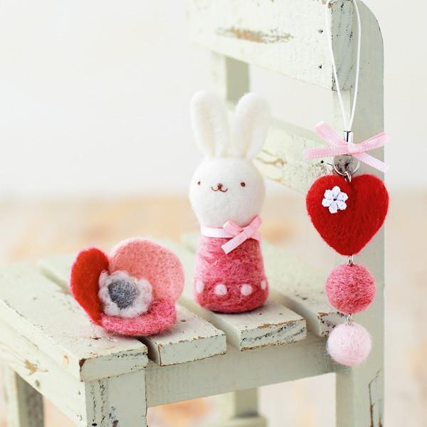 【羊毛フェルト最大20%オフ】 羊毛フェルトキット 『ハートのストラップ&お花のブローチ&ウサギ H441-315』 Hamanaka ハマナカ