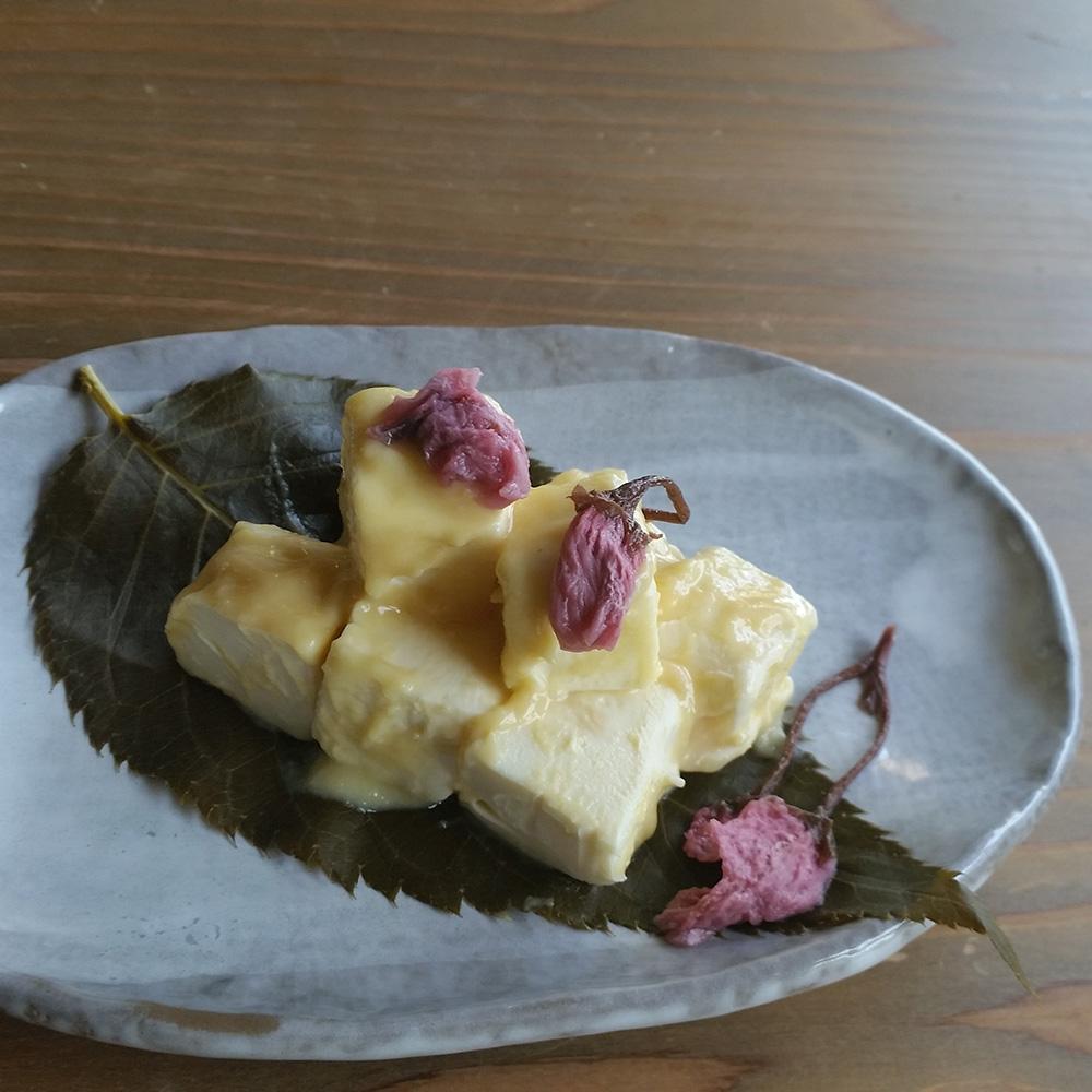 桜と味噌のクリームチーズ・柚子と味噌のクリームチーズ・柿の葉すし14ケ入(鯖7・鮭7)・鴨と野菜の旨煮・山くらげ